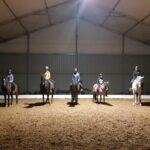 dzieci na koniach w krytej hali