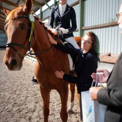 dziecko na koniu pod opieką
